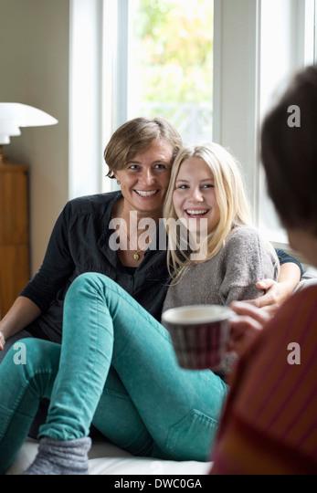 Glückselig drei Generation Frauen Freizeitgestaltung zu Hause Stockbild