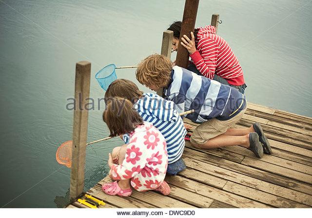 Mutter und Kinder Angeln vom Pier, Southwold, Suffolk, UK Stockbild