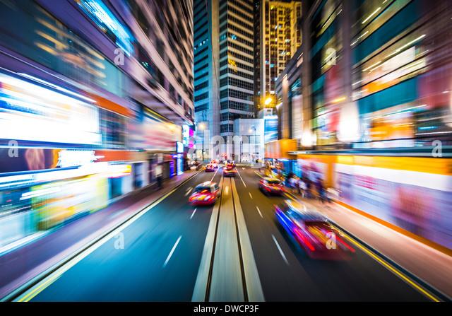 Hong Kong, China-Bewegungsunschärfe durch die Stadt von einer Straßenbahn. Stockbild
