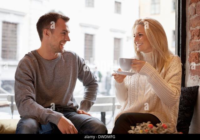 Glückliches junges Paar Freizeit im café Stockbild