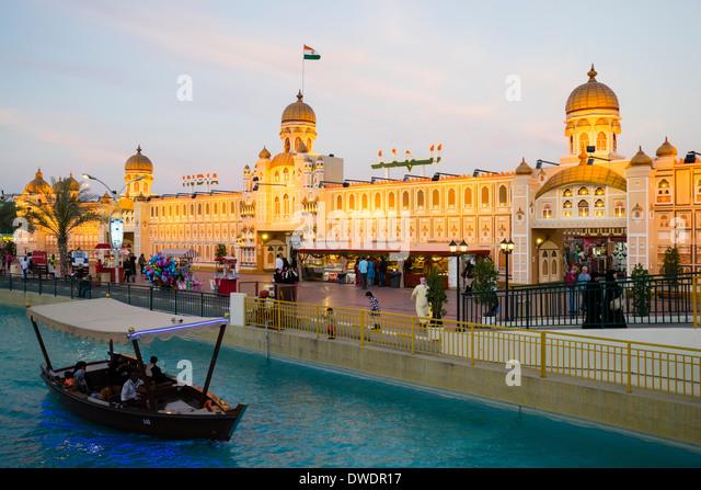 Indien-Pavillon und Kanal mit Abra Ausflugsboot im globalen Dorf kulturelle Sehenswürdigkeit in Dubai Vereinigte Stockbild