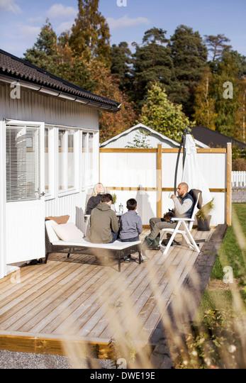 Vierköpfige Familie Freizeit im Garten verbringen Stockbild