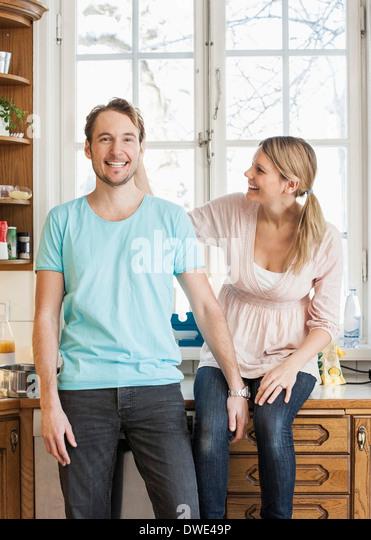 Glücklich Mitte erwachsenes paar verbringt viel Freizeit in Küche Stockbild