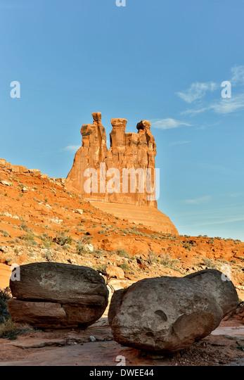 Drei Klatsch und Felsbrocken, Park Avenue Trail, Arches-Nationalpark, Moab, Utah, USA Stockbild