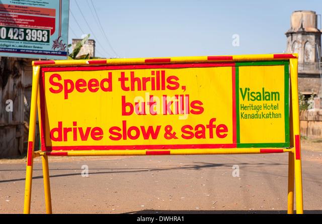 """Süd Indien Tamil Nadu Chettinad Karakaikudi street scene Schild """"Speed thrills aber tötet drive Slow Stockbild"""