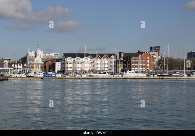 die Stadt und den Hafen von Southampton an der Südküste von England gesehen vom Stadtkai Stockbild