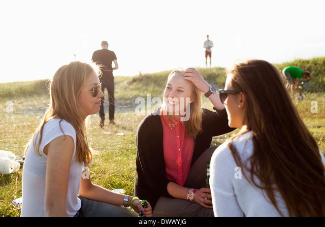 Glücklich Freundinnen verbringen Freizeit am Strand Stockbild