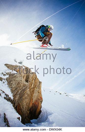 Volle Länge des Freeride-Skifahrer in der Luft gegen Himmel Stockbild