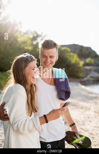 Glückliches Paar Freizeitgestaltung am Seeufer Stockbild