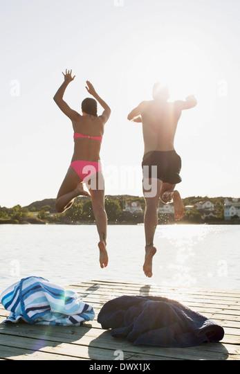 Voller Länge Rückansicht des Paares in See Tauchen Stockbild