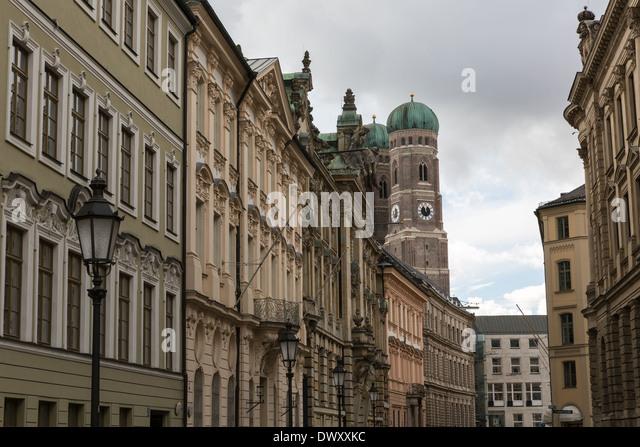 Charakteristische Straßenbild und Haus Fronten in München Stockbild