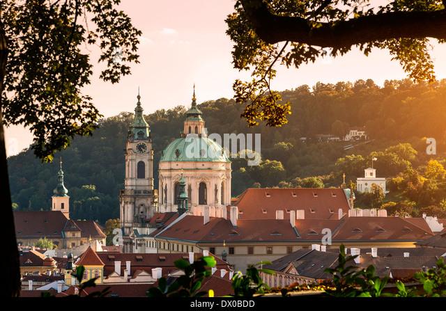 Kuppel und Glockenturm Turm der Sankt-Nikolaus Kirche, Prag, Tschechische Republik. Stockbild