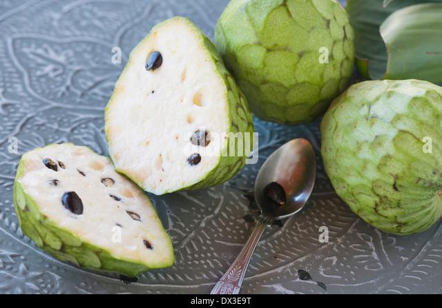 Pudding-Obst auf Metalltablett, ganze und Schnitt, mit einem Teelöffel Stockbild