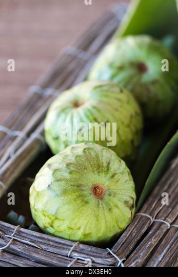 Pudding-Obst in Holz und Metall-Box, auf rustikale gewebte Matte Stockbild
