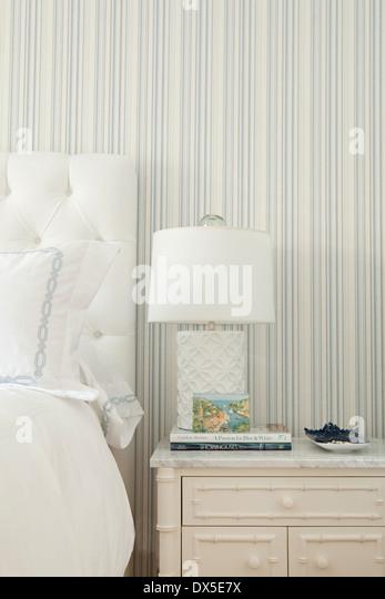 Nachttisch mit Lampe in blau-weiße Schlafzimmer Stockbild