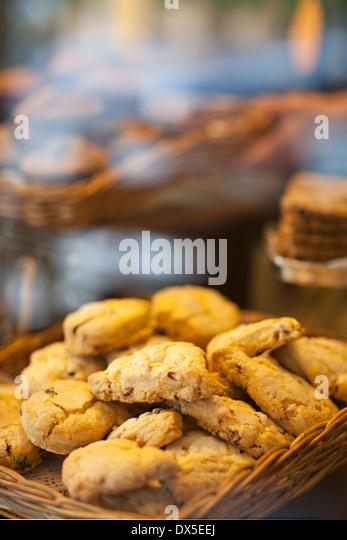 Cookies im Korb in Bäckerei Schaufenster, Nahaufnahme Stockbild