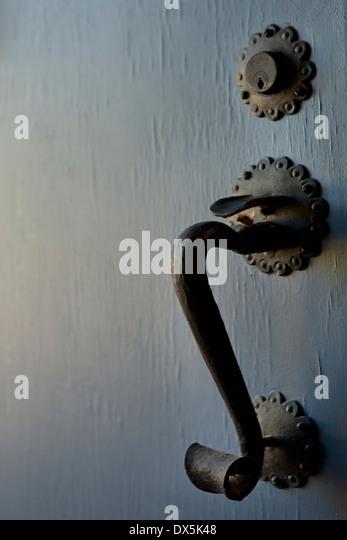 Reich verzierte eiserne Griff Detail auf blaue Tür, Nahaufnahme Stockbild
