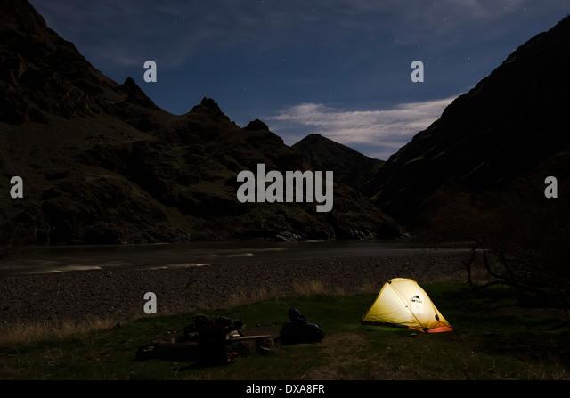 Leuchtende Zelt auf einem Campingplatz in Hells Canyon an der Grenze zwischen Idaho und Oregon. Stockbild