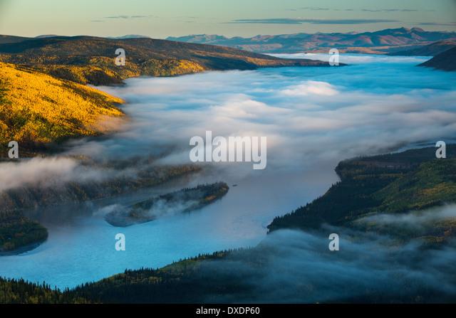 Nebel im Tal des Flusses Yukon im Morgengrauen, stromabwärts von Dawson City vom Dome Hill, Yukon Territorien, Stockbild