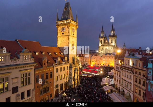 der Altstädter Ring in der Dämmerung mit dem Altstädter Rathaus und die Kirche der Gottesmutter vor Stockbild