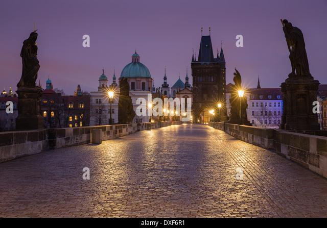 Morgendämmerung auf der Karlsbrücke mit den Türmen und Türme der Altstadt jenseits, Prag, Tschechische Stockbild
