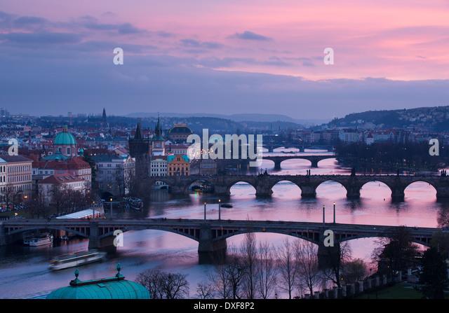 Manes, Charles und Legion Brücken über die Moldau in der Abenddämmerung, die Altstadt auf der linken - Stock-Bilder