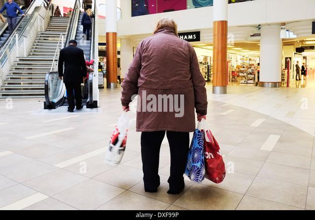 Eine müde ältere Shopper in einem Einkaufszentrum. Stockbild