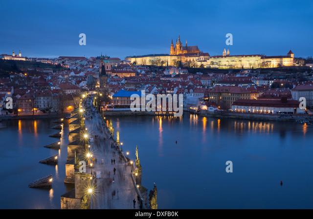 die Karlsbrücke über die Moldau in der Dämmerung mit der Burg und St. Vitus Kathedrale über Stockbild