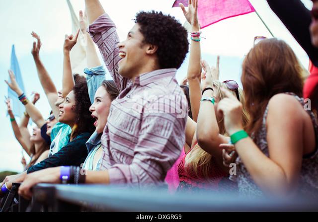 Fans jubeln beim Musikfestival Stockbild