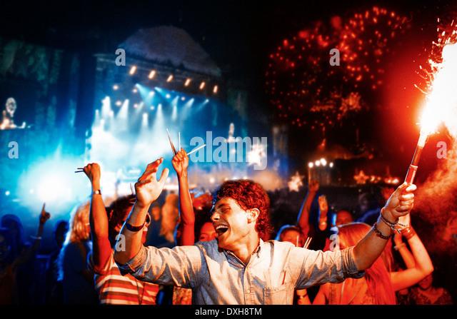 Fans mit Feuerwerk am Musikfestival Stockbild