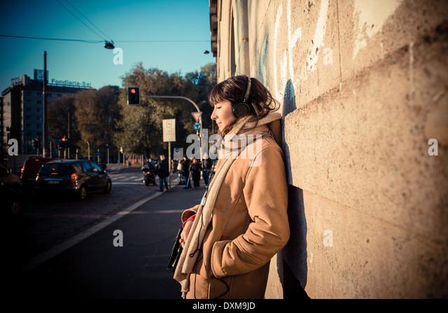 schöne junge Frau, hören Musik Kopfhörer in der Stadt-winter - Stock-Bilder