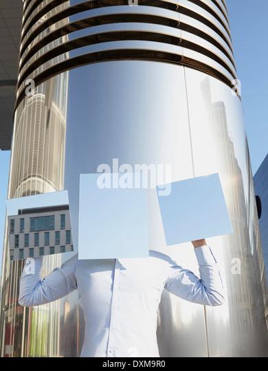 Mann versteckt hinter leichten blauen Rechtecke Stockbild