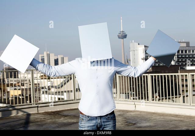 Deutschland, Nordrhein-Westfalen, Köln, Mann hinter leichten blauen Rechtecke Stockbild