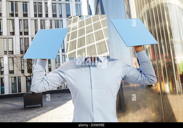 Mann versteckt hinter Rechtecke Stockbild