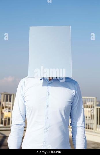 Das Gesicht des Mannes versteckt hinter Licht blaue Rechteck Stockbild