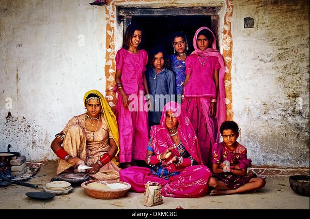 Indianerdorf-Familie in einem Hauseingang in einem Dorf in der Nähe von Jodhpur, Indien. Digital manipulierte Stockbild