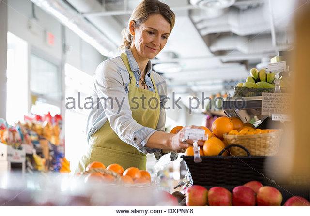 Arbeiter, die Vermittlung von Produkten im Markt Stockbild