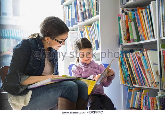 Mutter und Tochter Lesebuch in Buchhandlung Stockbild
