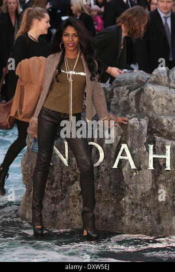 """London, UK, 31. März 2014 Sinitta kommt bei der UK-Premiere von """"Noah"""" im Odeon Leicester Square Stockbild"""