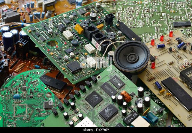 Sammlung von Junk-e-elektronische Komponenten mit Mikrochips und integrierter Leiterplatten Stockbild