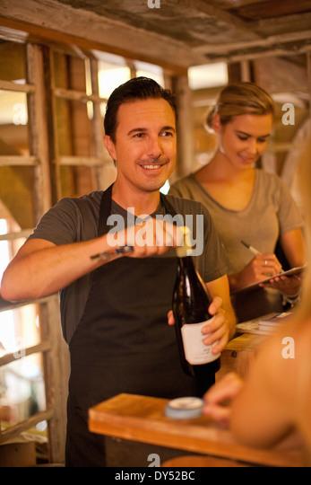Eröffnung der Sommelier Flasche Wein im Wein-shop Stockbild
