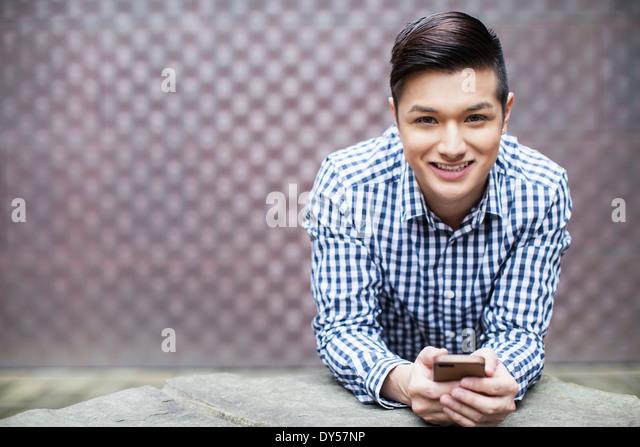 Porträt des jungen Mannes mit smartphone Stockbild