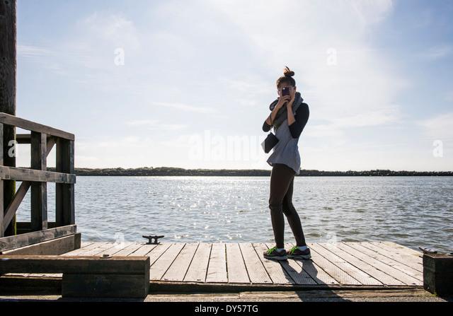 Junge Frau fotografieren mit Digitalkamera, Richmond, Britisch-Kolumbien, Kanada Stockbild