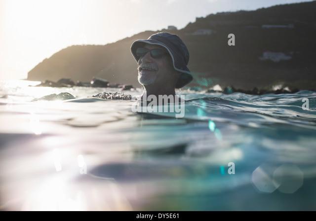 Senior woman, Schwimmen im Meer Stockbild