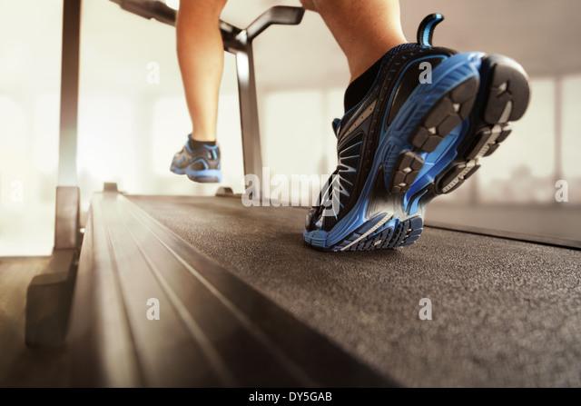 Laufen auf einem Laufband Stockbild