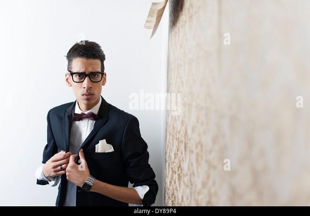 Junge Mann trägt Anzug und Gläser Stockbild