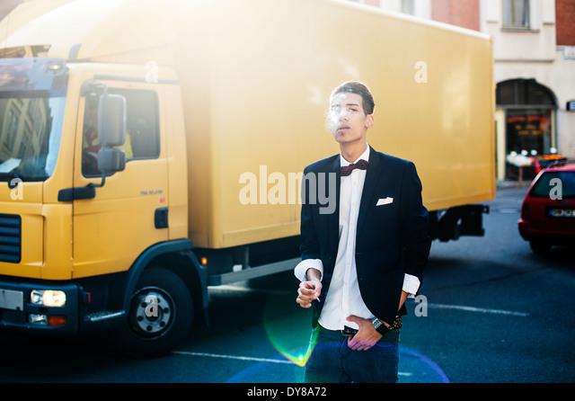 Rauchen junge Mann in der Stadt Stockbild