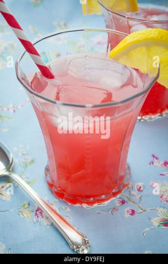 Zwei Gläser eine Zitrone Kirsch Cocktail auf Blaue Tischdecke Stockbild