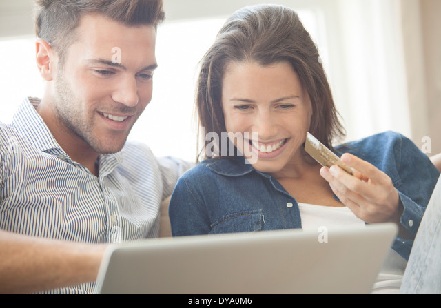 Online-shopping zu Hause paar zusammen Stockbild