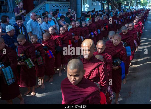 Mandalay Myanmar Burma Asien Parade Attraktion Cue verteilen Lebensmittel Kloster Mönche beten Religion Touristen Stockbild